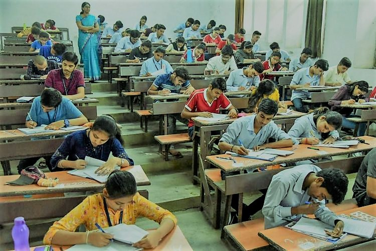 छह विद्यार्थियों को कोरोना होने से परीक्षाएं स्थगित
