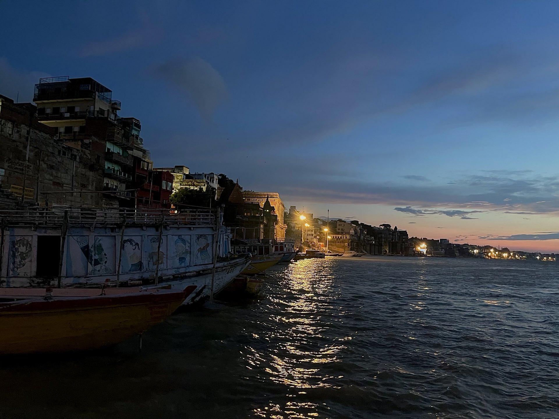 असुर 2 के शूटिंग के लिए काशी पहुंची टीम, अरशद वारसी ने सांझा की सुबह-ए-बनारस की तस्वीर
