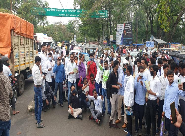 परीक्षा रद्द होने से छात्रों ने बरियातू-बूटी रोड को किया जाम, पुलिस के बल प्रयोग में घायल हुए कई छात्र