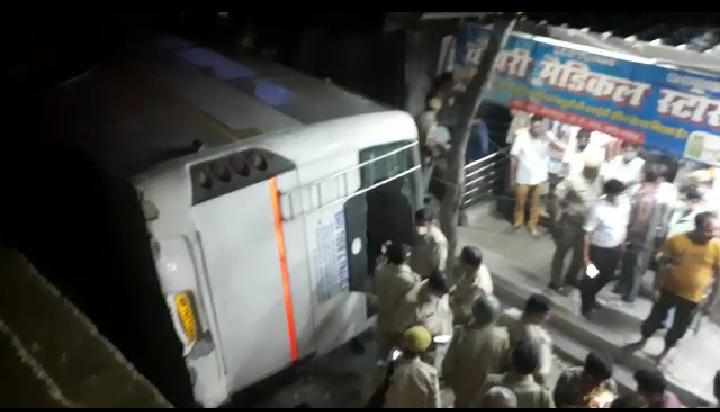गाजियाबाद: फ्लाई ओवर से गिरी सवारियों से भरी बस, चालक की मौत, कई लोग घायल