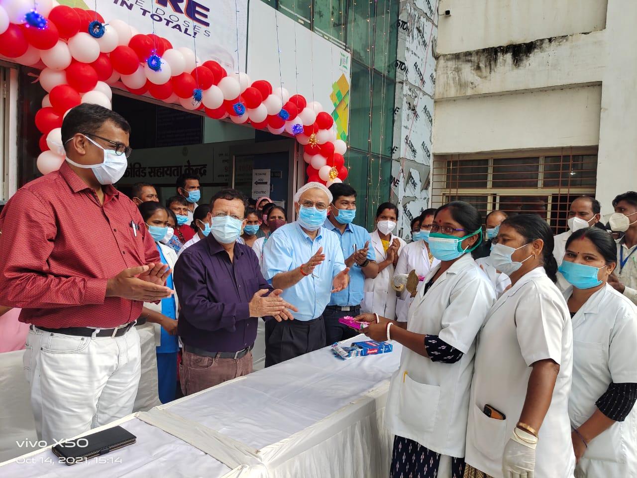 देश भर में 100 करोड़ लोगों को दिया गया कोविड वैक्सीन, सदर अस्पताल में मनाया गया जश्न