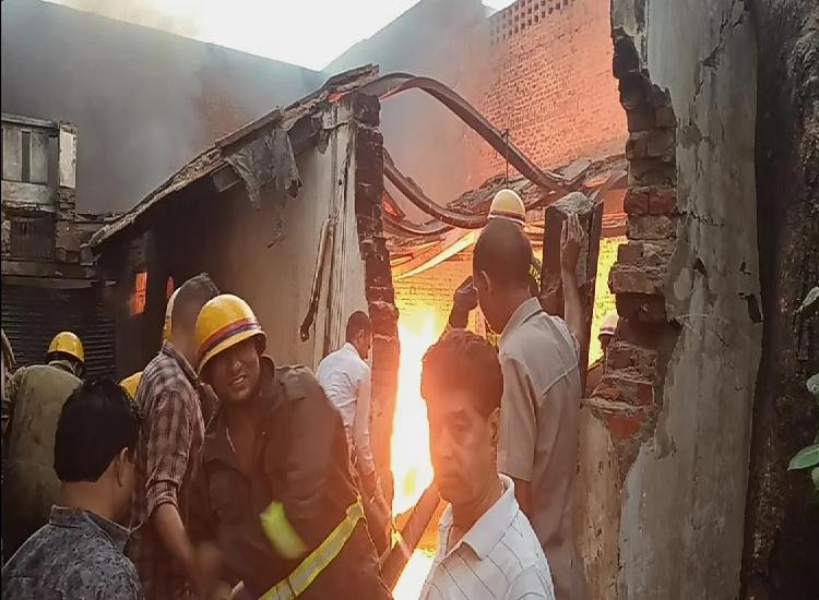 आगरा की केमिकल फैक्ट्री में लगी आग, दमकल की गाड़ियां आग को काबू करने में जुटी