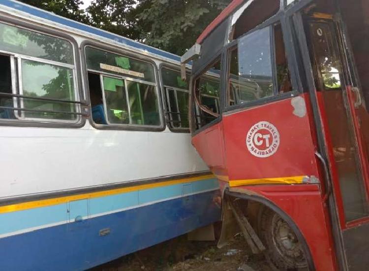 प्राइवेट और रोडवेज बस की टक्कर में 20 यात्री घायल