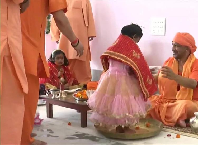 गोरखपुर : योगी आदित्यनाथ ने कन्या पूजन कर लिया आशीष